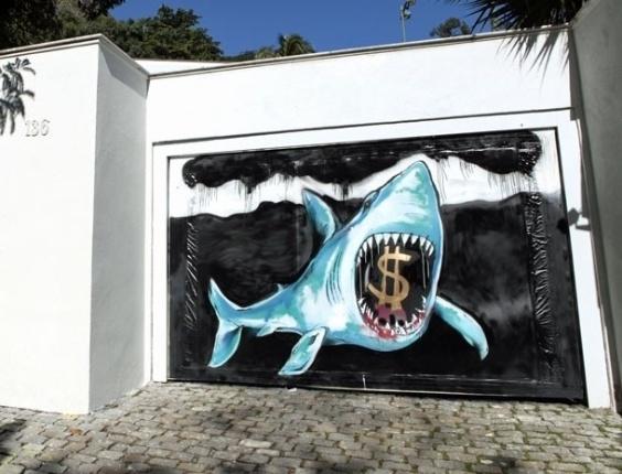 Grupo de grafiteiros faz um tubarão com cifrões bem na frente da casa do Sarmento (20/7/12)