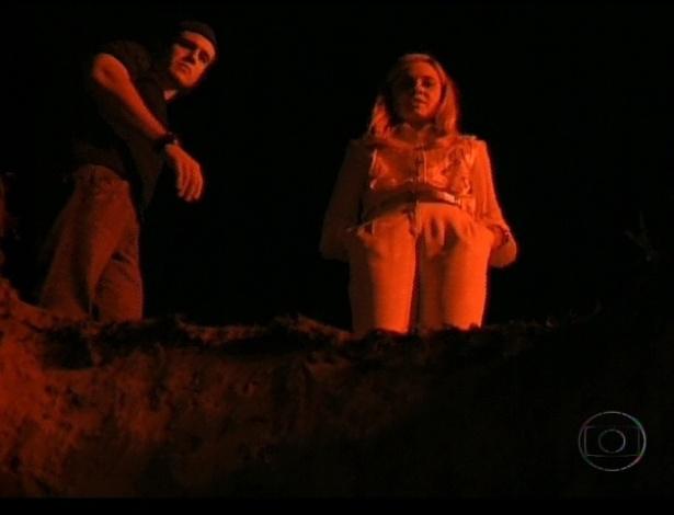 Carminha e Lúcio (Emiliano D'Avila) enterram Nina viva num cemitério (21/7/12)