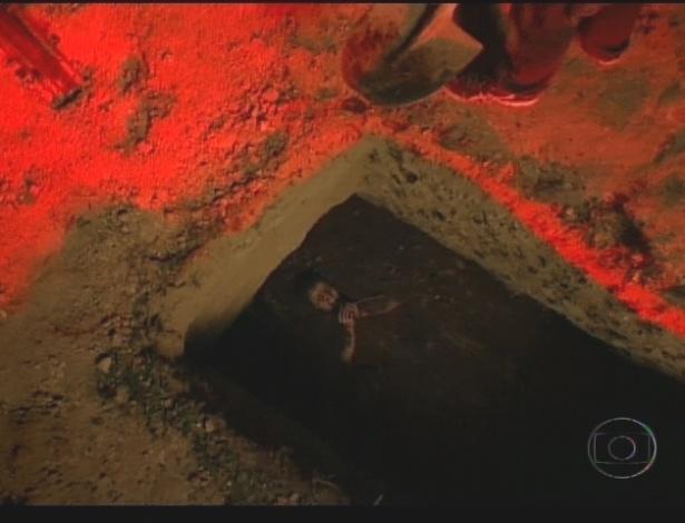 Com medo de morrer, Nina pede perdão a Carminha (21/7/12)