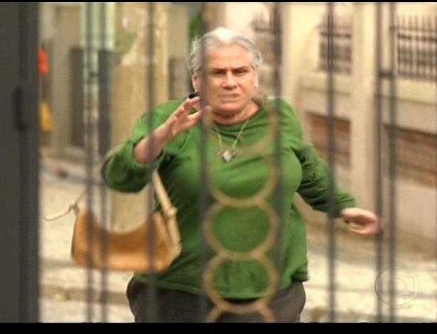 Mãe Lucinda vai à casa de Carminha tentar descobrir o paradeiro de Rita, mas não chega a tempo (21/7/12)