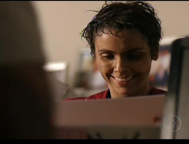 Nina busca as fotos que revelam o caso de Carminha e Max (Marcello Novaes) e promete se vingar da patroa (21/7/12)