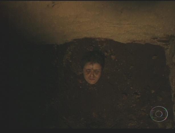 Nina é enterrada por Carminha num buraco (21/7/12)