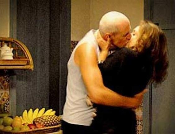 """Em """"Avenida Brasil"""", Ivana flagra Leleco e Muricy em encontro secreto na cozinha (23/7/12)"""