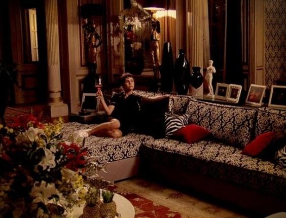 Com pose de madame, Nina se acomoda no sofá de Carminha (24/7/12)