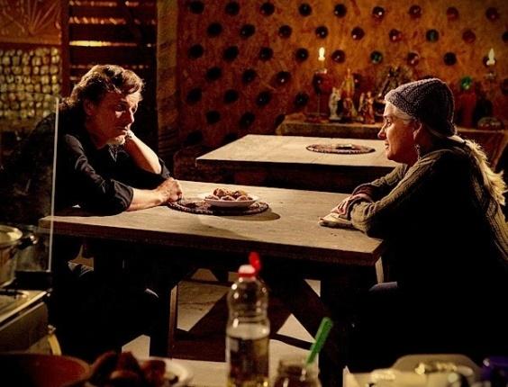 """Em """"Avenida Brasil"""", Max confessa a Lucinda que está apaixonado por Nina (24/7/12)"""