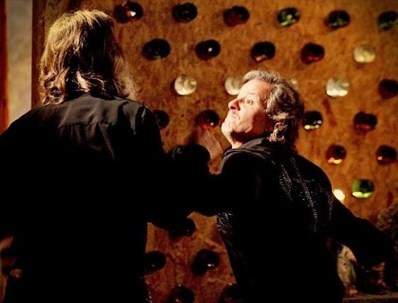 """Em """"Avenida Brasil"""", Nilo apanha de Max após dizer que ele é um """"baba ovo da mulherada"""" (24/7/12)"""