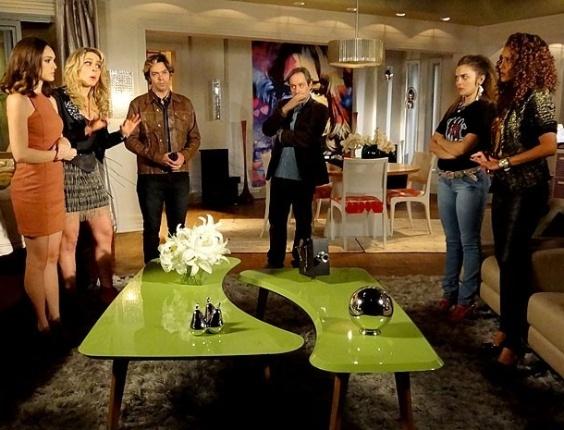 """Em """"Cheias de Charme"""",  Penha se atrasa para entrevista e Rosário briga com a empreguete"""