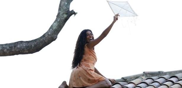 Gabriela sobe no telhado para pegar pipa e enlouquece os homens de Ilhéus (25/7/12)