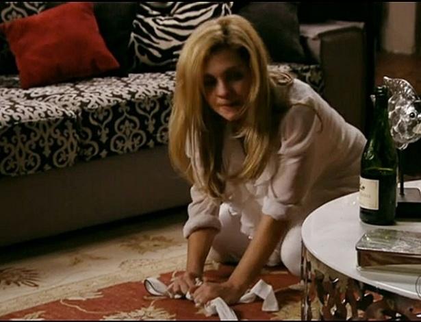 Nina se vinga e faz Carminha servir se jantar e limpar o chão (24/7/2012)