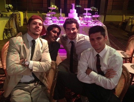 Atores gravam cena no casamento de Suelen e Roni (26/7/12)