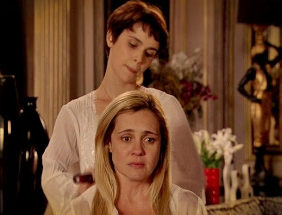 """Em """"Avenida Brasil"""",  Nina penteia os cabelos de Carminha e deixa a megera em pânico (26/7/12)"""