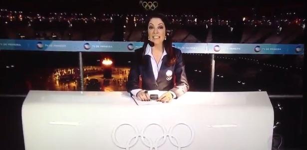 """Ana Paula Padrão, na bancada da Record, no Estádio Olímpico, diz que está apresentando o """"Jornal da Globo"""""""