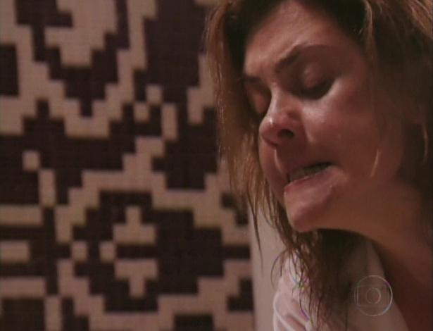 Carminha tenta afogar Nina na banheira (27/7/12)