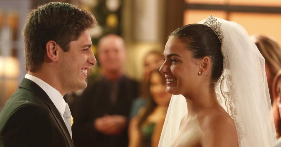 "Em ""Avenida Brasil"", Suelen e Roni se casam (27/7/12)"