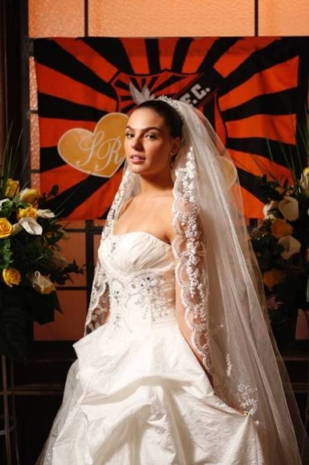 Suelen (Isis Valverde) está pronta para o casamento (27/7/12)