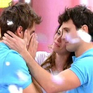 """Talita Tilieri e Guilherme Dell Orto, o casal vencedor do """"Concurso Malhação"""", consolam Lucas Nadin, que ficou em terceiro lugar (à esq)"""