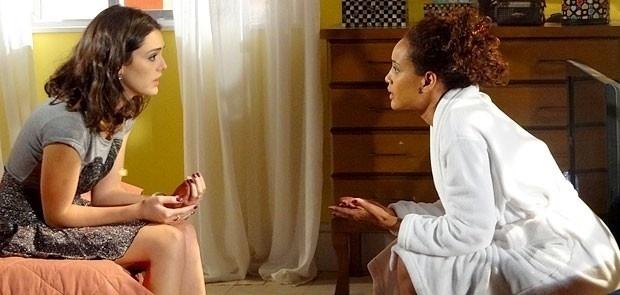 """Em """"Cheias de Charme"""", Cida acredita no arrependimento de Sarmento e Penha tenta abrir o olho da amiga (29/7/12)"""