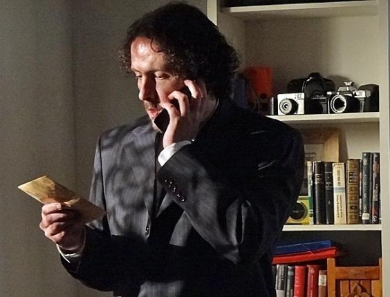 """Em """"Amor Eterno Amor"""", capanga de Melissa invade o apartamento de Pedro atrás da falsa carta de Angélica (30/7/12)"""