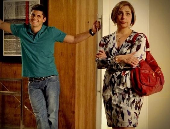 """Em """"Avenida Brasil"""", Monalisa fica escandalizada com o valor do apartamento da Zona Sul (30/7/12)"""