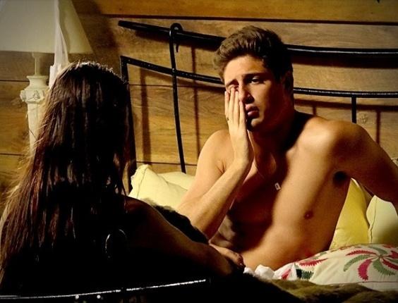 """Em """"Avenida Brasil"""", Roni passa a noite com Suelen e diz que a mulher abusou dele (30/7/12)"""