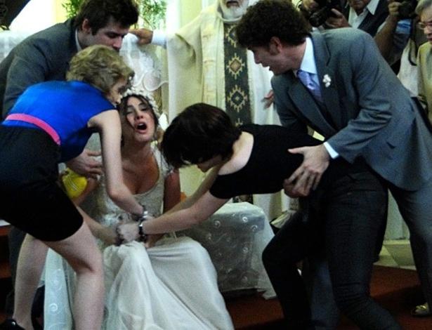 """Em """"Malhação"""", Alexia desmacara Cristal, no dia de seu casamento com Gabriel (30/7/12)"""