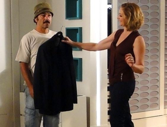 """Em """"Cheias de Charme"""", Sônia paga serviço de Sandro com terno de Ernani"""