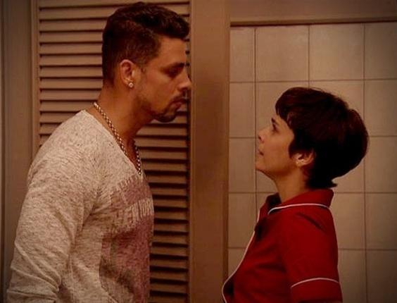 """Em """"Avenida Brasil"""", Jorginho pressiona Nina para saber segredo de Carminha (1/8/12)"""
