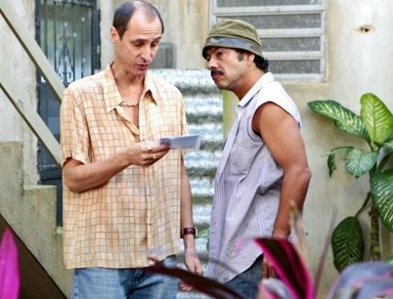 """Em """"Cheias de Charme"""", Sandro rouba DVD das Empreguetes para piratear (1/8/12)"""