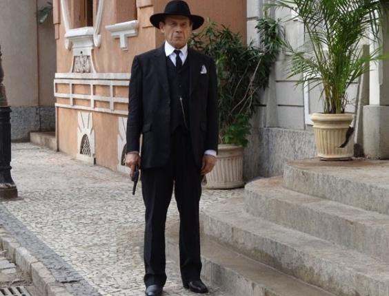 """Em """"Gabriela"""", Jesuíno vai atrás de Sinhazinha e Osmundo com um revólver nas mãos (2/8/12)"""