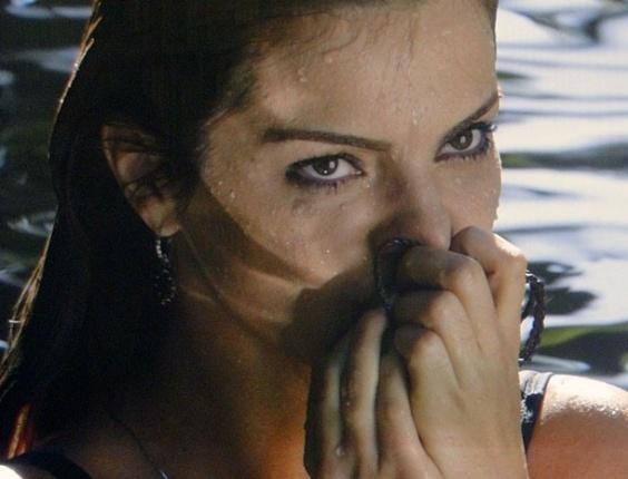 """Em """"Amor Eterno Amor"""", Elisa mergulha na cachoeira e acha colar de Rodrigo (3/8/12)"""