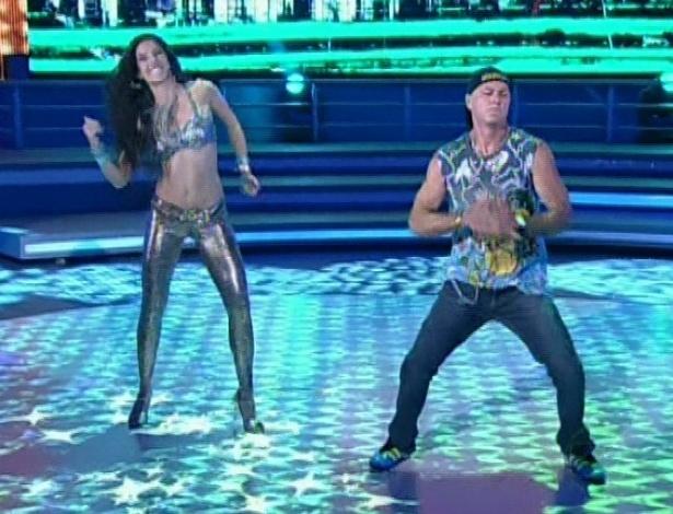 """Kadu Moliterno e Daniele De Lova dançam """"Eu Quero Tchu, Tu Quero Tcha"""", de João Lucas e Marcelo, na noite de funk da """"Dança dos Famosos"""" no """"Domingão do Faustão (5/8/12)"""