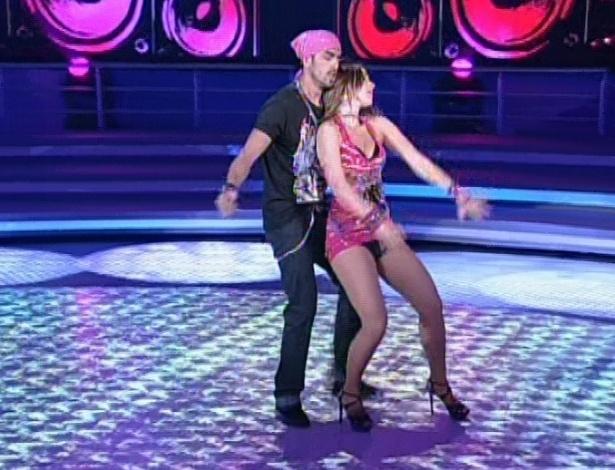 """Monique Alfradique e Jota Júnior dançam """"Vacilão"""", de Perlla, na noite de funk da """"Dança dos Famosos"""" no """"Domingão do Faustão (5/8/12)"""