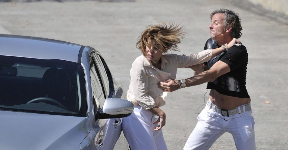 Nina (Débora Falabella) vai ao encontro de Max (Marcello Novaes) na Marina da Glória e Carminha (Adriana Esteves) flagra os dois juntos no barco. O casal sai no tapa (3/8/12)