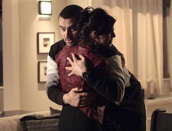 """Em """"Amor Eterno Amor"""", Fernando finge conseguir andar pela primeira vez ao lado de Miriam e consegue um beijo da jornalista (7/8/12)"""