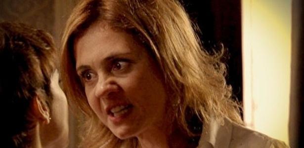 """Em """"Avenida Brasil"""", Carminha fica transtornada com a possibilidade de ir para um hospício e ameaça Nina (7/8/12)"""