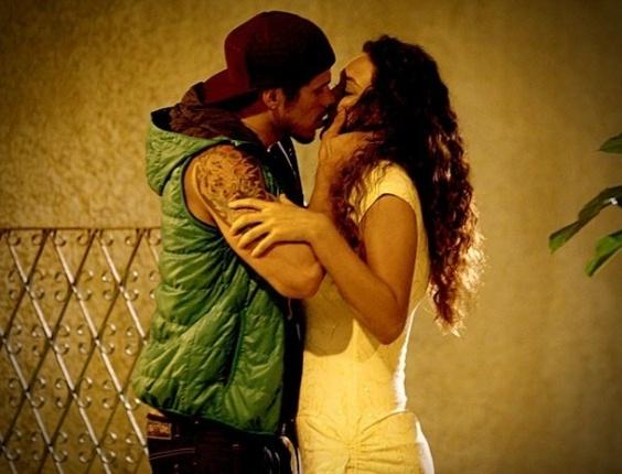 """Em """"Avenida Brasil"""", Darkson toma coragem e beija Tessália (7/8/12)"""