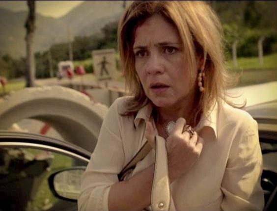 """Em """"Avenida Brasil"""", Carminha sofre acidente de carro e fica machucada (8/8/12)"""