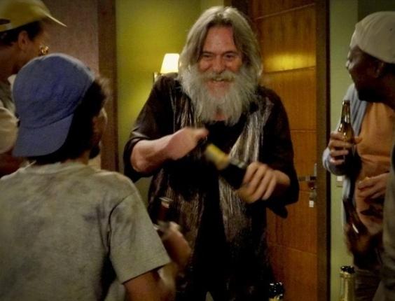 """Em """"Avenida Brasil"""", Nilo dá festa em flat com amigos do lixão e acaba expulso do local"""