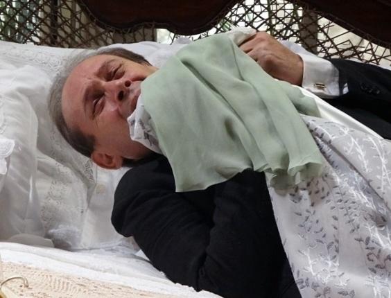 """Em """"Gabriela"""", após matar Sinhazinha, Jesuíno chora agarrado ao vestido da beata (8/8/12)"""