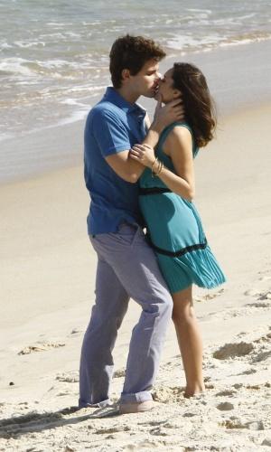 """Isabelle Drummond e Jonatas Faro gravam cenas de """"Cheias de Charme"""" em praia do Rio de Janeiro. Durante as gravações, a personagem Cida beijou Conrado, que é casado com Isadora (Giselle Batista) (8/8/12)"""