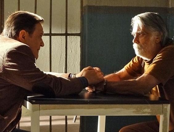 """Em """"Amor Eterno Amor"""", Dimas vai atrás de Juca na cadeia para avisá-lo sobra as investigações de Rodrigo (9/8/12)"""