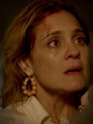"""Em """"Avenida Brasil"""", Carminha implora para ficar no lixão (9/8/12)"""