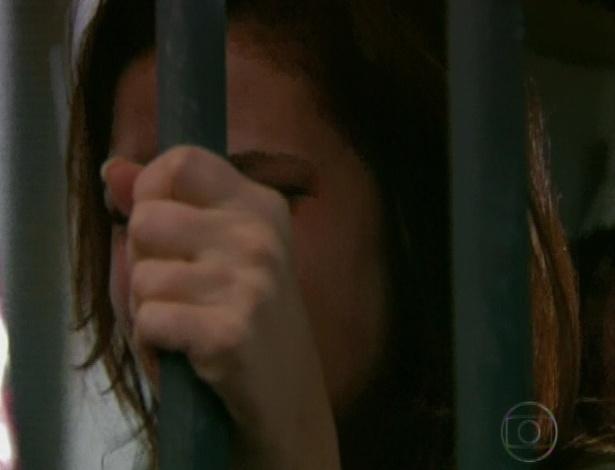 Depois de atrapalhar tanto a vida de Gabriel e Alexia, Cristal chora muito atrás das grades