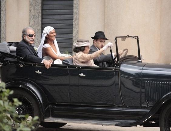 """Em """"Gabriela"""", vestida de noiva, Gabriela anda de carro pela primeira vez na vida (10/8/12)"""