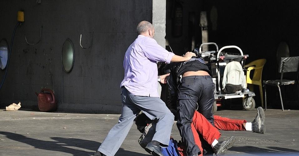 """Atores gravam cena de briga em """"Suburbia"""". O elenco da série será formados por atores desconhecidos do público"""