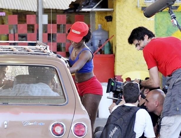 """Erika Januza, protagonista da série, grava cena de """"Suburbia"""". A atriz mineira foi escolhida entre mais de duas mil candidatas"""