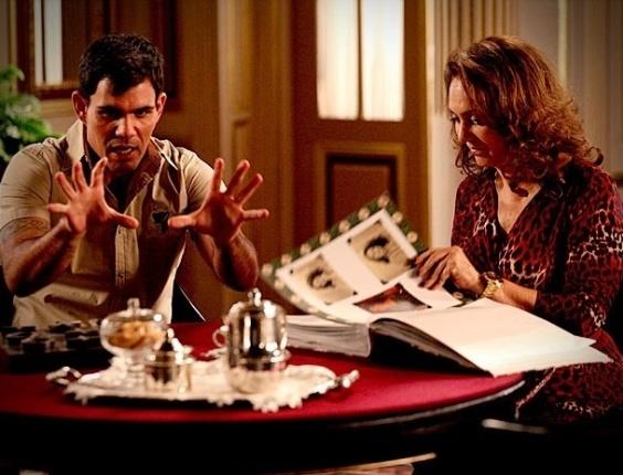 """Em """"Avenida Brasil"""", Adauto elogia bumbum de Suelen para fazer ciúmes de Muricy, mas ela nem liga"""