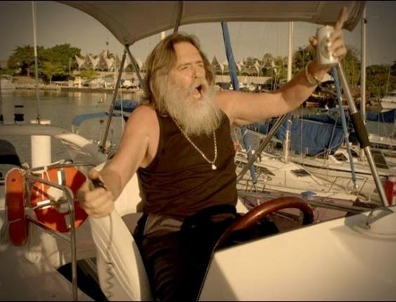 """Em """"Avenida Brasil"""", Nilo tira onda de capitão no barco de Max, e o malandro perde a paciência com o pai (13/8/12)"""
