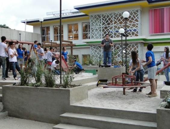 """Em """"Malhação"""", Mocotó enrola diretor do colégio e leva alunos para fazer trabalho que era seu"""