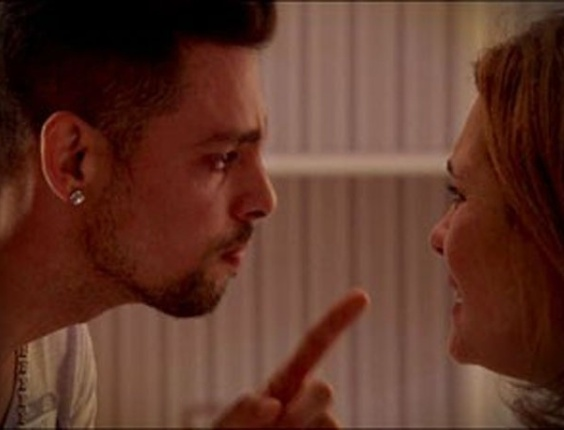 """Em """"Avenida Brasil"""", acuada, Carminha diz para Jorginho que o pai dele morreu (14/8/12)"""
